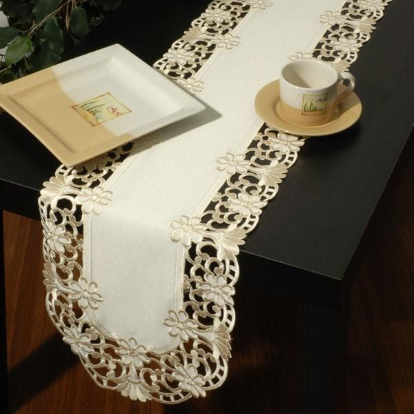Дорожка для декорирования стола Schaefe, с вышивкой ришелье, цвет: белый, 30 x 180 см06254-239Овальная дорожка Schaefe предназначена для декорирования стола. Она выполнена из полиэстера и украшена ажурным цветочным узором с вышивкой ришелье. Изысканное оформление изделия придает ему необыкновенную легкость. Дорожка Schaefe станет великолепным украшением стола и создаст атмосферу уюта и домашнего тепла в интерьере вашей кухни.