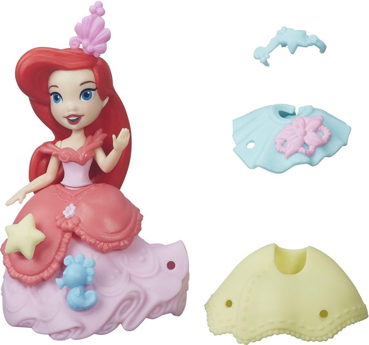 Disney Princess Мини-кукла Ариэль и модные нарядыB5328EU4_B5327Мини-кукла Disney Princess Ариэль выполнена в виде сказочной принцессы из мультфильма Русалочка. Пышное платье розового цвета украшено множеством оборок и декоративных элементов. Юбки на куколке можно менять. Всего в наборе имеются две юбки, две баски, две съемных накладки на топ. Украшать наряды и прическу Ариэль можно специальными аксессуарами из комплекта. Для этого в наряде есть небольшие отверстия, в которые вставляются украшения. Эти отверстия не бросаются в глаза, даже когда украшений нет, поэтому наличие декоративных элементов на подоле будет зависеть только от настроения хозяйки куколки. Мини-кукла Ариэль выглядит просто очаровательно. Она совсем небольшая по размеру, однако тщательно проработана. Ее внешний вид полностью повторяет облик девушки в мультфильме: у куклы такое же милое лицо с большими синими глазами, такая же прическа, в которой пышные волосы локонами спадают ей на плечи. Кукла выполнена из прочного и безопасного пластика.