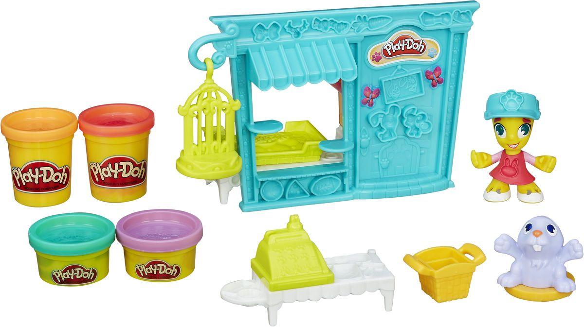 Play-Doh Игровой набор Магазинчик домашних питомцевB3418EU4Познакомься с жителями города Play-Doh с помощью игрового набора Play-Doh Магазинчик домашних питомцев. В наборе фасад магазинчика домашних питомцев с полуформами, фигурка продавщицы, фигурка зайчика, экструдер в виде кассы с полуформами, штампы корзины и клетки, формы для лепки собачки и кошечки, 2 стандартные и 2 мини-баночки Play-Doh, лист с наклейками, схематичная инструкция. Набор Play-Doh Магазинчик домашних питомцев обязательно понравится всем любителям лепки! Развивает наблюдательность и усидчивость, формирует навыки работы с мелкими предметами, стимулируя фантазию. Набор отлично сочетается с другими наборами Play-Doh.