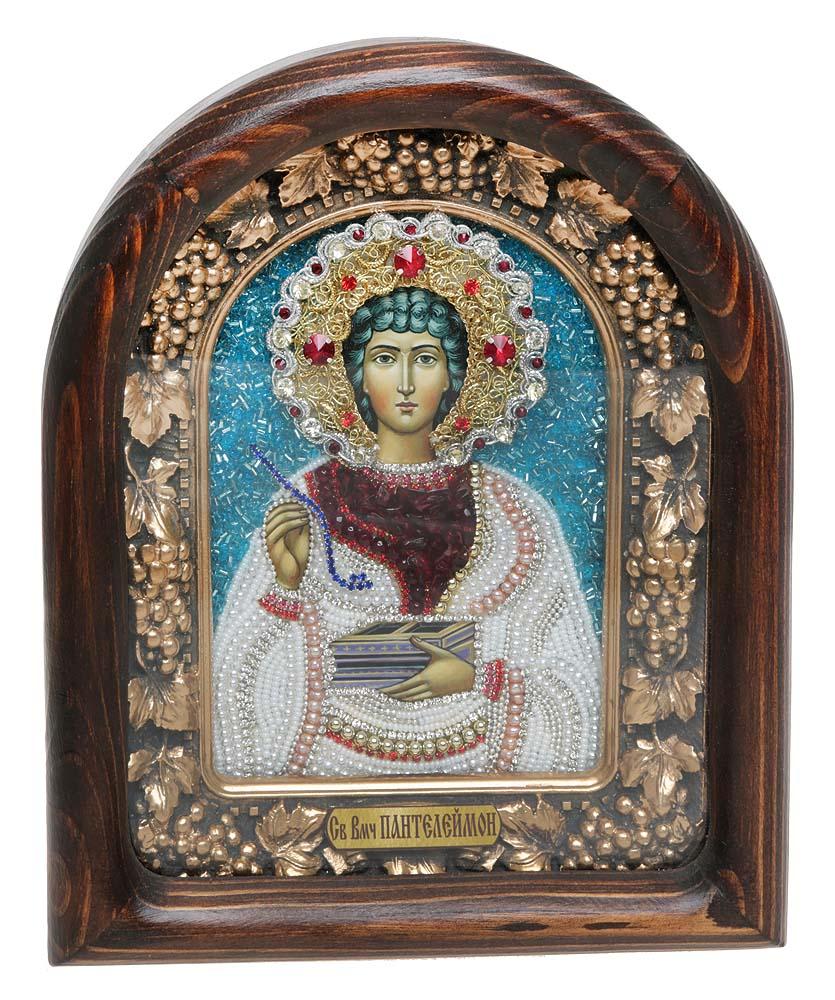 Икона Святой Великомученик и Целитель Пантелеймон, 5_15_165_15_16Православная икона Дивеевские иконы - это не только качественная ручная работа мастеров, но и вложенная в них негасимая любовь. Особенно это чувствуется, когда на икону попадают солнечные лучи - она озаряется внутренним светом и теплом, излучая его в окружающее пространство. Такие иконы подарят Вам и Вашему дому теплый свет благословения, а также могут передаваться по наследству как семейная реликвия и родовой оберег. Непревзойденное качество, вложенная любовь и благословение превращают эти иконы в настоящее произведение искусства, дарящее чудо причастности к духовному миру. Материал: Оклад из массива сосны, внутренний оклад из гипса, бисер, стразы, натуральные камни, речной жемчуг.