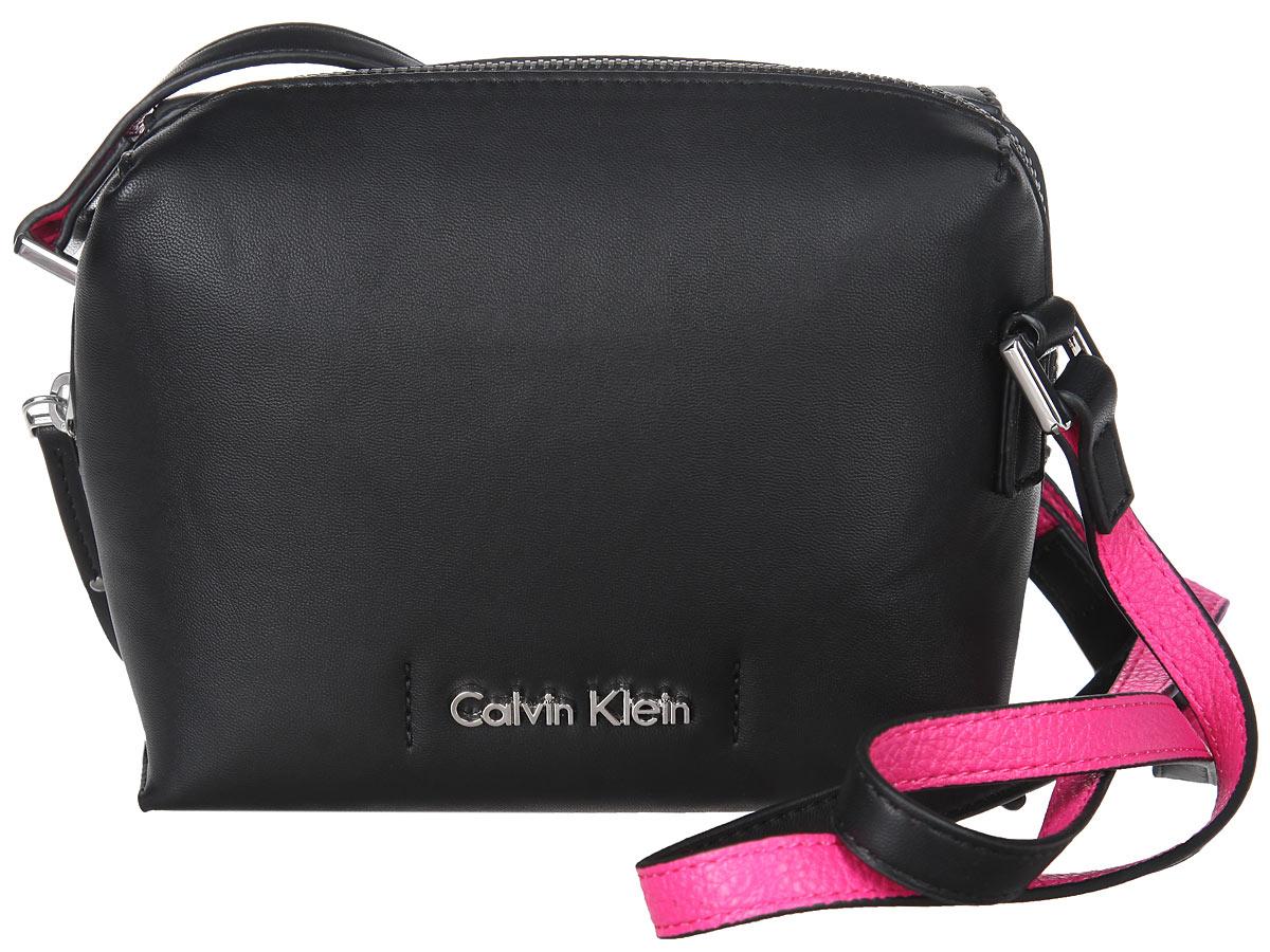 Сумка женская Calvin Klein, цвет: черный, фуксия. K60K601039K60K601039Стильная женская сумка Calvin Klein выполнена из полиуретана, оформлена металлической фурнитурой с символикой бренда. Изделие содержит одно вместительное отделение и закрывается на молнию. Внутри расположен накладной карман. Сумка оснащена плечевым ремнем регулируемой длины. Оригинальный аксессуар от Calvin Klein позволит вам завершить образ и быть неотразимой.