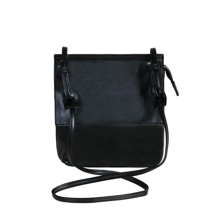 Сумка женская Orsa Oro, цвет: черный. D-102/46D-102/46Стильная женская сумка Orsa Oro выполнена из искусственной кожи, оформлена металлической фурнитурой. Изделие содержит одно основное отделение, которое закрывается клапаном и дополнительно на застежку-молнию. Внутри расположены два накладных кармашка для мелочей и врезной карман на молнии. Задняя сторона изделия дополнена врезным карманом на молнии. Сумка оснащена практичным плечевым ремнем. Оригинальный аксессуар позволит вам завершить образ и быть неотразимой.