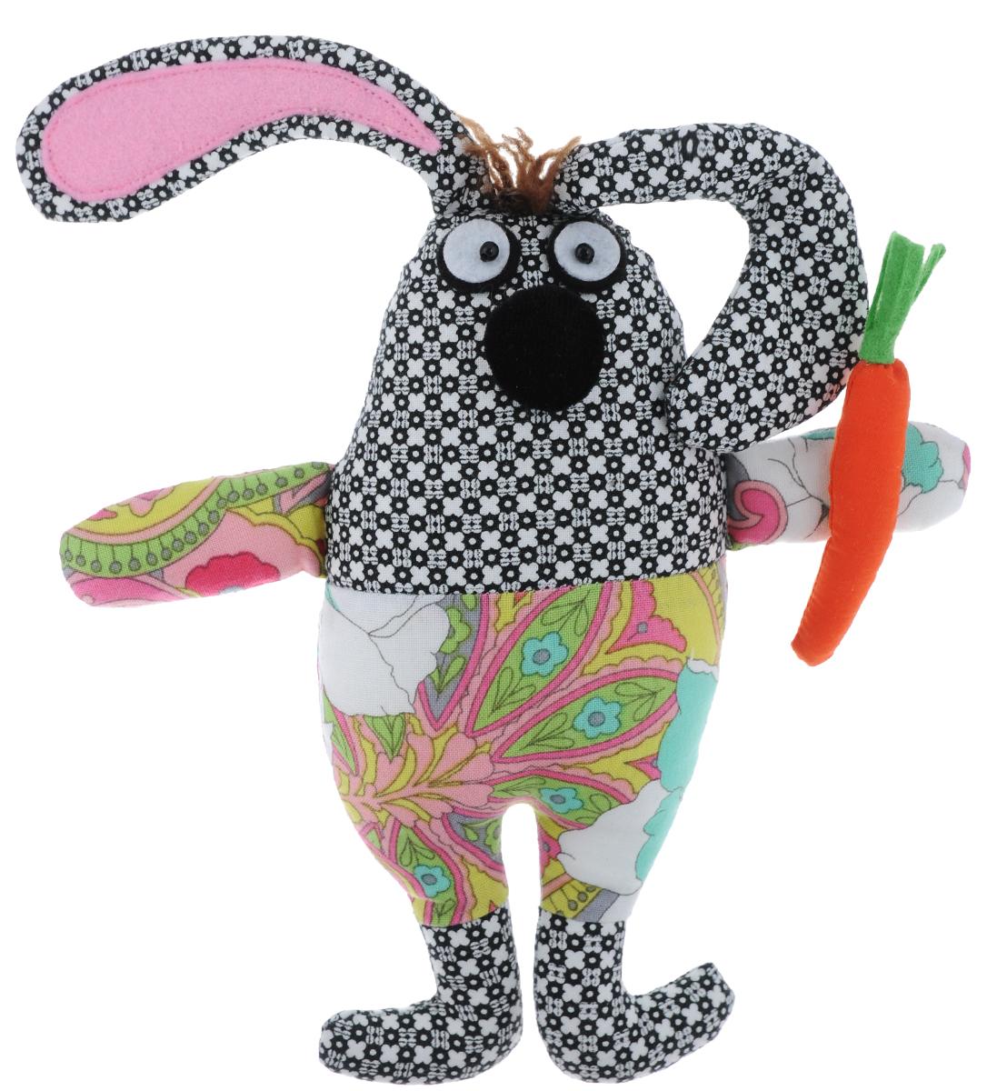 Декоративное украшение на кнопке RTO Игрушка. Зайка, высота 21 смSTA-01Декоративное украшение RTO Игрушка. Зайка выполнено в виде забавного зайца с морковкой. Изделие изготовлено из высококачественного хлопка и полиэстера (наполнитель) и снабжено пластиковой пришивной кнопкой. Вы можете пришить кнопку к декоративной подушке, покрывалу, детскому коврику, и любимая игрушка всегда будет на месте. При желании ребенок сможет без труда отстегнуть фигурку и весело провести время со своим игрушечным другом. Такое декоративное украшение гармонично сочетается с разными стилями интерьера детской комнаты. Объемная фигурка в ярком контрастном исполнении привлекает к себе внимание. Станет прекрасным подарком и незаменимым аксессуаром для яркой и творческой личности. Диаметр кнопки: 1,2 см.
