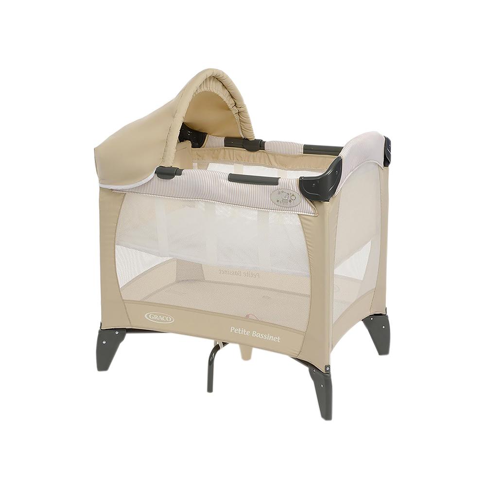 Graco Дорожная кроватка-манеж Petite Bassinet1855973Компактная дорожная кроватка идеально подойдет для путешествий с малышом. Съемный козырек и солнцезащитный тент, так что можно использовать на улице в загородном доме. Компактная конструкция и легкие материалы делают эту кроватку мобильной и практичной. Удобный механизм складывания. Сумка для переноске в комплекте. Легкий вес! С рождения до 3х лет (0-15 кг). Колыбель с рождения до достижения веса 6,5 кг. 81х56х84 см в разложенном состоянии. 23х23х80 см в сложенном состоянии. Вес 8 кг. Легкое и удобное перемещение по квартире.