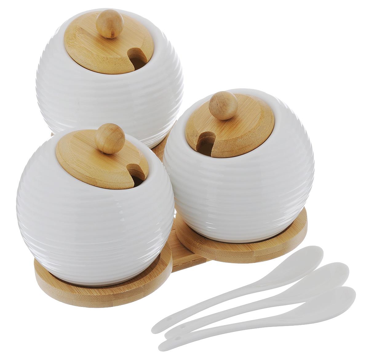 Набор сахарниц Elan Gallery Айсберг, с ложками, на подставке, 380 мл, 3 шт540088Необычный набор Elan Gallery Айсберг, состоящий из трех керамических сахарниц с деревянными крышками, трех ложек и подставки, будет уместен в любом интерьере. Лаконичный белый цвет в сочетании с цветом дерева позволяет использовать набор и в модерне, и в стиле современной классики. Набор Elan Gallery Айсберг станет незаменимым атрибутом любого чаепития, а также он подчеркнет ваш изысканный вкус. Не рекомендуется применять абразивные моющие средства. Не использовать в микроволновой печи. Объем сахарницы: 380 мл. Диаметр сахарницы (по верхнему краю): 6,5 см. Высота сахарницы (без учета крышки): 9 см. Длина ложки: 13 см. Размер подставки: 19 х 17 х 6 см.