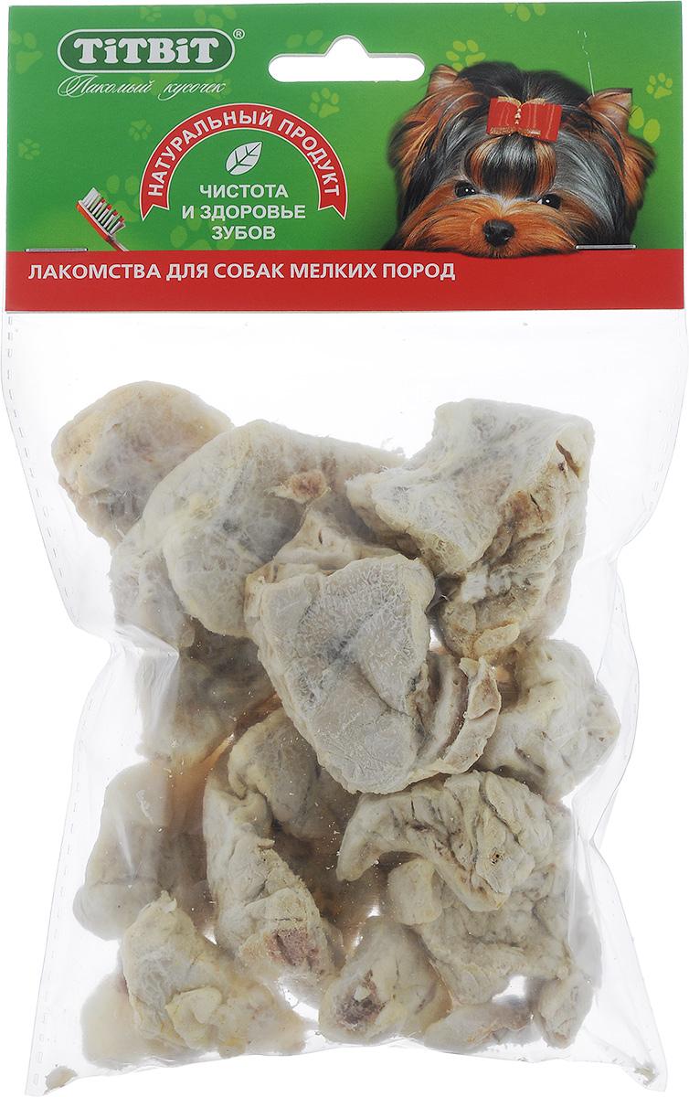 Лакомство Titbit для собак мелких пород, легкое говяжье319328Лакомство для собак Titbit содержит кусочки высушенного говяжьего легкого. Высокое содержание микроэлементов и соединительной ткани дополняет удовольствие собаки от нежного лакомства. Легкие очень вкусны, малокалорийны и замечательно усваиваются организмом. Легкие содержат практически такой же набор витаминов, как и мясо, но зато гораздо менее жирные. Оказывают положительное воздействие на состояние кожи, шерсти и общий обмен веществ. Рекомендации к применению: кусочки очень удобно использовать в качестве поощрения при дрессуре, и просто на прогулках. Для собак всех пород и возрастов. Особенно рекомендуется для собак с неполной зубной формулой и возрастными изменениями зубочелюстного аппарата. Благодаря вкусовым качествами воздушной структуре является одним из самых любимых лакомств для наших четвероногих друзей. Состав: высушенные кусочки говяжьего легкого. Средний размер лакомства: 4,5 см х 3,5 см х 2 см. Товар сертифицирован.