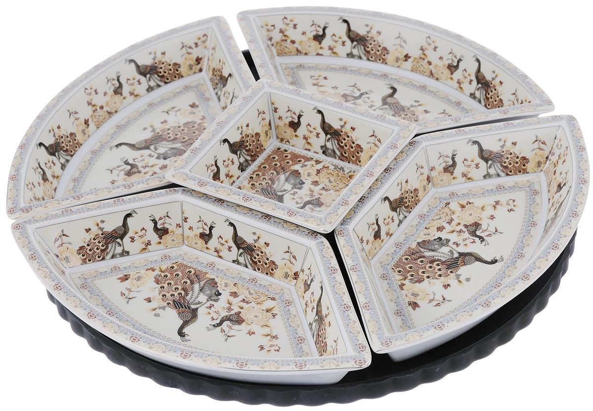 Менажница Elan Gallery Павлин на бежевом, на подставке, 5 секций - Elan Gallery200022Менажница Elan Gallery Павлин на бежевом, выполненная из высококачественной керамики, состоит из 5 съемных секций, оформленных изображением павлинов. Она предназначена для подачи сразу нескольких видов закусок, нарезок или соусов. Изделие размещено на пластиковой вращающейся подставке. Менажница Elan Gallery Павлин на бежевом станет настоящим украшением праздничного стола и подчеркнет ваш изысканный вкус. Не использовать в микроволновой печи. Диаметр менажницы (без учета подставки): 38 см. Размер секций: 25,5 х 13 х 4 см; 12,2 х 12,2 х 4,8 см. Размер подставки: 36 х 36 х 3,2 см.