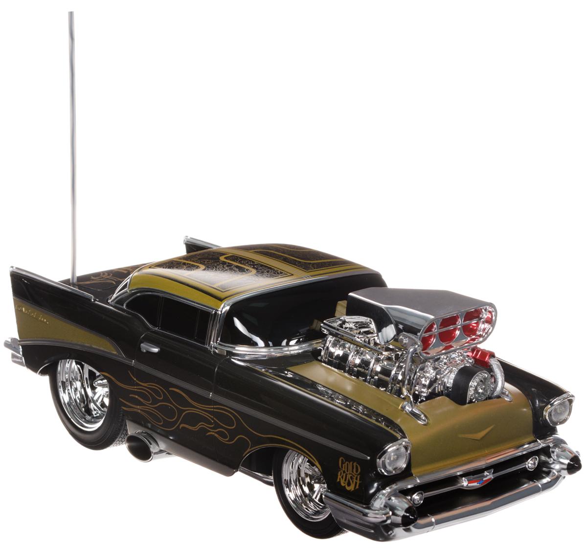 Maisto Радиоуправляемая модель Chevrolet Bel Air цвет черный золотистый81302_черный, золотойРадиоуправляемая машина Chevrolet Bel Air доставит массу приятных впечатлений людям любого возраста. Игрушка отличается ярким, стильным дизайном и удобным управлением. Это самый настоящий раритетный автомобиль 1957 года, идеальный подарок для любителей автомобильной техники и стиля Ретро. Модель дополнена хромированными деталями и двигателем на капоте. Полный привод (вперед, назад, вправо, влево) обеспечивает отличную проходимость. Модель обладает высокой стабильностью движения, что позволяет полностью контролировать процесс, управляя уверенно и без суеты. При движении машины вперед и назад загорается подсветка. Такая модель станет достойным подарком не только любителю автомобилей, но и человеку, ценящему оригинальность и изысканность, а качество исполнения представит такой подарок в самом лучшем свете. 3-канальный пульт управления работает на частоте 27 MHz. Для работы игрушки необходимы 3 батарейки типа АА (товар комплектуется демонстрационными). ...