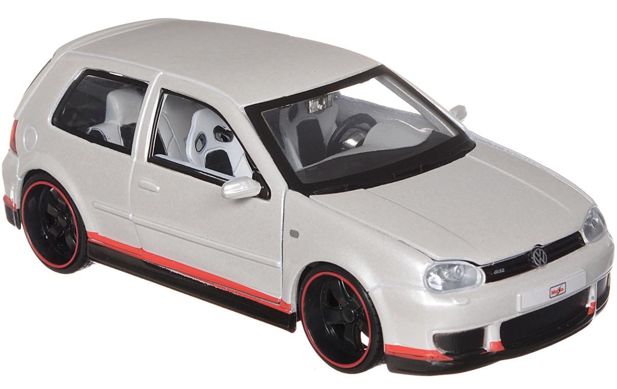 Maisto Модель автомобиля Volkswagen Golf R32 цвет белый31043_белыйМодель автомобиля Maisto Volkswagen Golf R32 - это миниатюрная копия настоящего автомобиля в масштабе 1:24. Стильная модель автомобиля привлечет к себе внимание не только детей, но и взрослых. Модель имеет литой металлический корпус с высокой детализацией двигателя, интерьера салона, дисков, протекторов, выхлопной системы, оснащена колесами из мягкой резины. У машинки открываются дверцы кабины, капот и багажник. Игрушка в точности повторяет модель оригинальной техники, подробная детализация в полной мере позволит вам оценить высокую точность копии этой машины! Такая модель станет отличным подарком не только любителю автомобилей, но и человеку, ценящему оригинальность и изысканность, а качество исполнения представит такой подарок в самом лучшем свете.