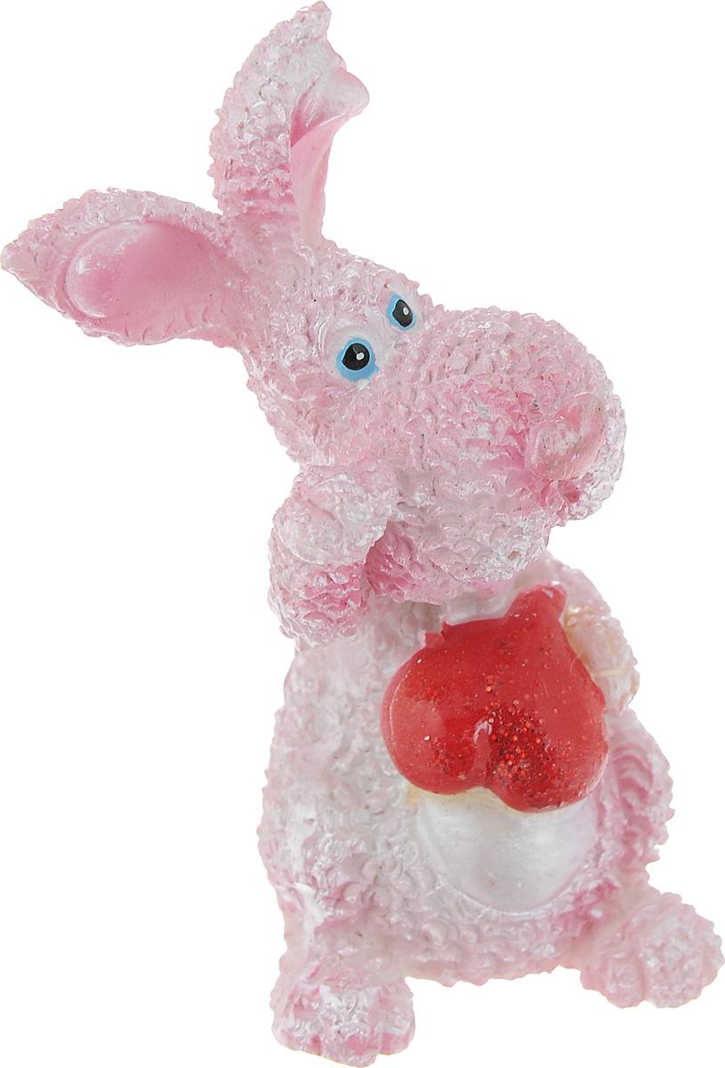 Статуэтка декоративная Lunten Ranta Розовый кролик с сердцем, цвет: розовый, красный, высота 6 см. 57900_ 257900_ 2Очаровательная статуэтка Lunten Ranta Розовый кролик с сердцем станет оригинальным подарком для всех любителей стильных вещей. Она выполнена из полирезины в виде розового кролика с сердечком. Изысканный сувенир станет прекрасным дополнением к интерьеру. Вы можете поставить статуэтку в любом месте, где она будет удачно смотреться, и радовать глаз.