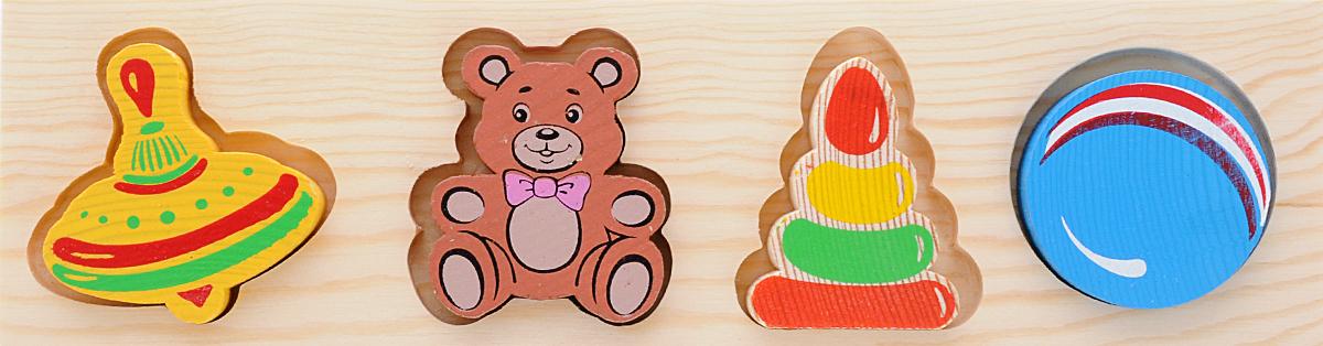 Томик Пазл для малышей Игрушки451Пазл для малышей Томик Игрушки- это деревянная основа, в которой вырезано несколько углублений. В углубления вставляются фигурки-вкладыши, точно подходящие по форме и размеру. Красочные фигурки изображают любимые игрушки: юла, мишка, пирамидка, мячик. Задача ребенка - найти для каждой фигурки свое место. Малыш довольно быстро способен это освоить. Вкладыши прекрасно развивают логическое мышление, мелкую моторику, память, учат различать цвета, формы и размеры фигурок.