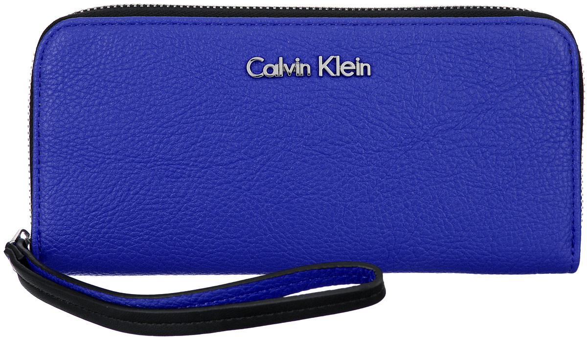 Кошелек женский Calvin Klein, цвет: синий. K60K601018K60K601018Стильный кошелек Calvin Klein выполнен из полиуретана, оформлен металлической фурнитурой с символикой бренда. Кошелек застегивается на застежку-молнию, бегунок которой дополнен практичным ремешком. Внутри кошелька расположены: два отделения для купюр, два потайных кармашка для мелких документов, восемь карманов для кредитных карт, отделение для монет на молнии. Изделие упаковано в коробку из плотного картона с логотипом фирмы. Этот практичный кошелек Calvin Klein непременно подойдет к вашему образу и порадует простотой, стилем и функциональностью.