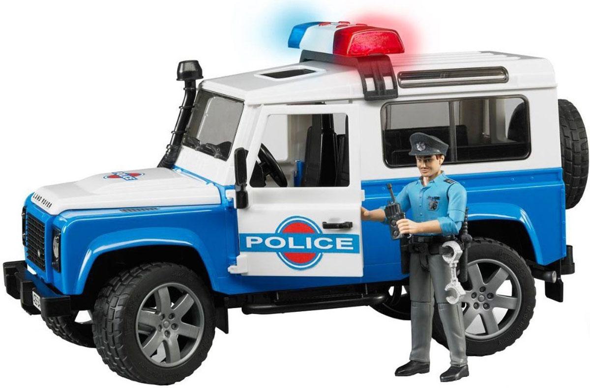 Bruder Внедорожник Land Rover Defender Station Wagon Полиция02-595Внедорожник Bruder Land Rover Defender Station Wagon. Полиция выполнен с высокой детализацией. С левой стороны у автомобиля проходит выхлопная труба. Дверь водителя, пассажира и задняя двери открываются и снимаются. На крыше автомобиля прикреплен багажник. Задние сиденья снимаются и внедорожник превращается в удобный автомобиль для перевозки грузов. Капот поднимается и крюком фиксируется в верхнем положении. Передние колеса поворачиваются рулем. Кроме этого, к набору прилагается дополнительный руль (расположен на днище автомобиля), которым через крышу можно управлять колесами внедорожника. Передняя и задняя оси оснащены амортизаторами. Колеса прорезинены. В комплект также входит фигурка полицейского с оружием. Машинка обладает световыми и звуковыми эффектами. С этим реалистично выполненным внедорожником ваш малыш часами будет занят игрой. Рекомендуется докупить 3 батарейки напряжением 1,5V типа LR44 (товар комплектуется демонстрационными).