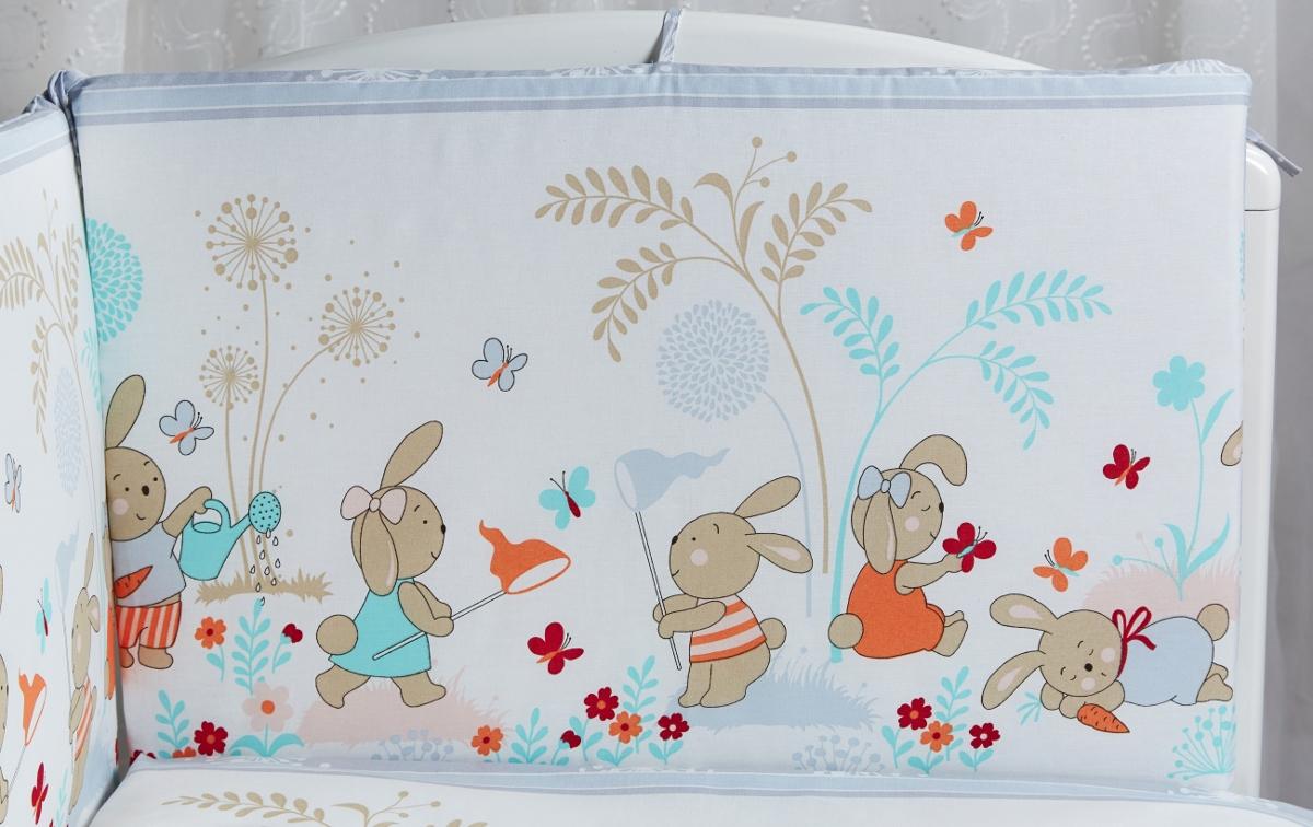 Rabby Baby Бортик для кровати На лужайке цвет окантовки серый115944/5Борт в кроватку (его ещё называют бампер) является отличной защитой малыша от сквозняков и ударов при поворотах в кроватке. Чехлы у бортиков съемные, на молниях. Наполнитель - холлкон, верх - натуральная бязь. Дизайн бортов отличается своей оригинальной расцветкой. Борт в кроватку - мягкий, удобный и долговечный: надежная и эстетичная защита вашего ребенка! Борт состоит из 4 частей, общий размер 44 см х 360 см.