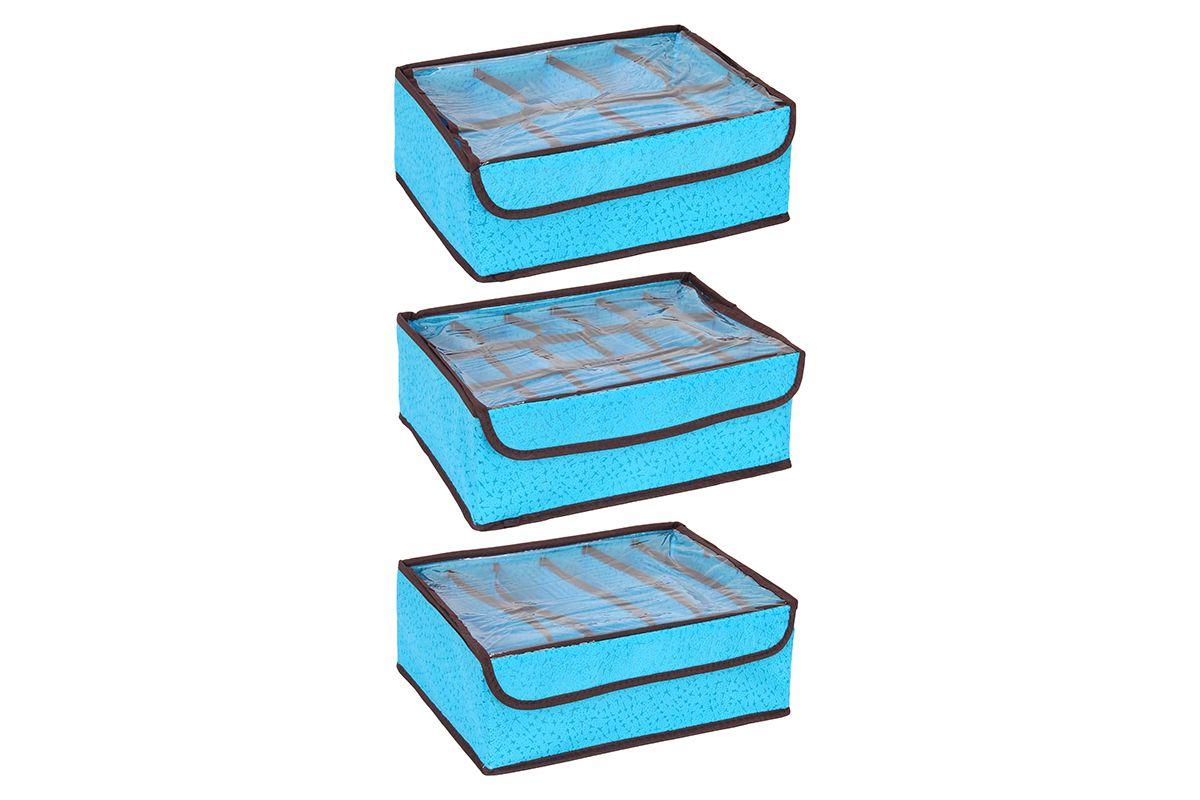 Набор кофров для хранения El Casa Соты, цвет: голубой, 3 шт370117Набор El Casa Соты, изготовленный из высококачественного нетканого материала, состоит из 3 кофров для хранения, оснащенных 18, 8 и 6 секциями. Материал изделий позволяет сохранять естественную вентиляцию, а воздуху свободно проникать внутрь, не пропуская пыль. Прозрачная крышка на липучке, выполненная из ПВХ, позволяет видеть содержимое. Благодаря специальным вставкам, кофр прекрасно держит форму, а эстетичный дизайн гармонично смотрится в любом интерьере. Мобильность конструкции обеспечивает складывание и раскладывание одним движением. В таком кофре можно хранить всевозможные предметы. Комплектация: 3 шт. Количество секций: 18; 8; 6. Размер кофра: 32,5 х 24 х 11,5 см.