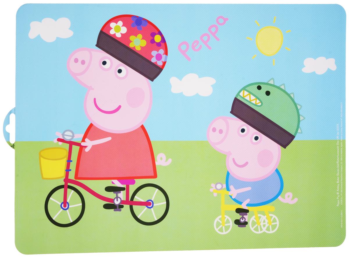 Peppa Pig Салфетка под горячее Пеппа и Джордж48619Салфетка под горячее Peppa Pig Пеппа и Джордж не только украсит стол, но и защитит его от различных повреждений. Она выполнена из плотного материала и красочно оформлена изображением героев популярного мультфильма Peppa Pig - свинкой Пеппой и ее младшим братом Джорджом, катающимися на велосипедах. Салфетку можно использовать как под посуду, так и просто для украшения интерьера. Не использовать в СВЧ-печах и посудомоечных машинах.