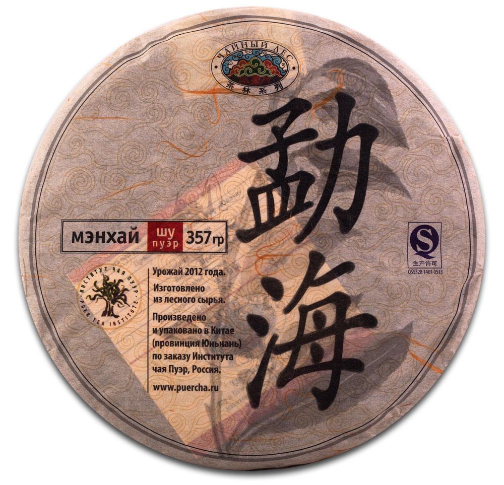 Чай Пуэр Шу Мэнхай Чайный лес лепешка 2012 год, 357 г2000005610011Уезд Мэнхай является родиной сырья для этого чая. Это место напоминает природный музей, в котором собрано большое количество видов древних чайных деревьев. Здесь всегда обилие туманов, а также достаточное количество солнечного света и дождей. При производстве чая Мэнхай Чайный лес было произведено уникальное купажирование разных сортов, с последующей ускоренной ферментации чайного листа, что позволило получить необыкновенный, плотный и ровный вкус. Чайные листья плотные и толстые, буро-красного цвета с маслянистым оттенком. Очень красивый и ровный внешний вид чайной лепешки. Этот чай произведен с применением каменной прессовки. Настой плотный, прозрачный и блестящий. Уникальный выдержанный вкус. Разваренный лист – буро-красного цвета. Чай имеет коллекционную ценность. Рекомендации по завариванию: Отломите 3-5 г чая при помощи ножа или чайного шила. Залейте кипяток в чайник до половины на 10-15 секунд, а затем слейте полученный...