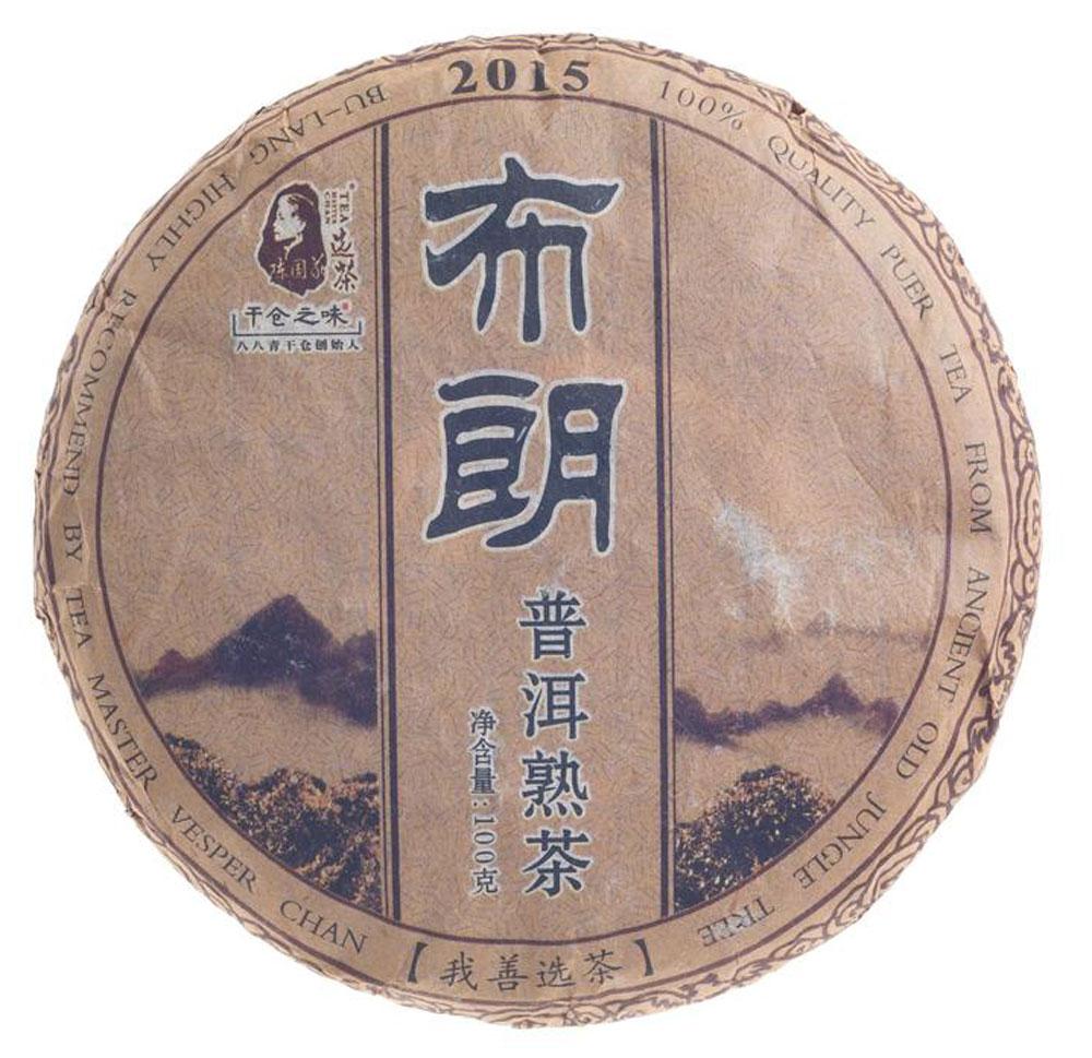 Чай Пуэр Шу Булан 2015 год, 100 г2000000050188Представляем чай, сделанный мастером и известным коллекционером Чэн Гои. Дело в том, что малая форма Пуэра, в какой выполнен заказ, мало распространена у нас в стране. Тем более редкость, когда такой чай сделан из лесного сырья. Если говорить о географии чая, то Булан – это субрегион родины чая Пуэр, а именно – знаменитый уезд Мэнхай. Всем известен мэнхайский вкус шу пуэра – мягкий, бархатистый, землистый и в меру насыщенный. Цветовая палитра чайного настоя радует прозрачностью и переливами рубинового оттенка. Заваренный чай обладает интересными, заставляющими обратить на себя внимание ореховыми ароматами. По мере остывания они обогащаются заметными сладковатыми оттенками. Рекомендации по завариванию: Отломите 3-5 г чая при помощи ножа или чайного шила. Залейте кипяток в чайник до половины на 10-15 секунд, а затем слейте полученный настой. Первую промывку пить не рекомендуется. Залейте кипяток (95-100С) в чайник на 1-2 минуты. Перелейте...