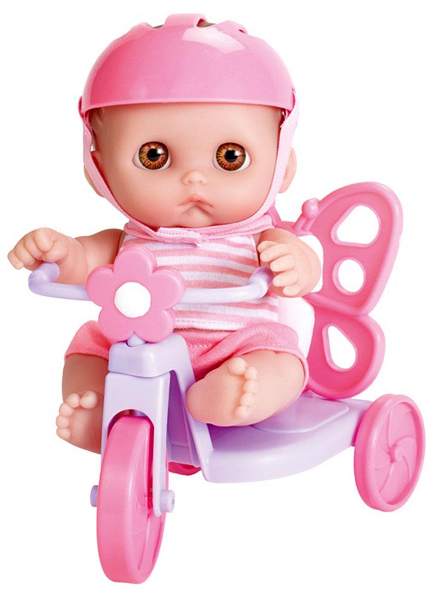 JC Toys Пупс в каске на велосипеде16978Очаровательный пупс JC Toys порадует вашу малышку и доставит ей много удовольствия от часов, посвященных игре с ним. Пупс, одетый в розовый костюмчик и каску, выглядит как настоящий ребенок. Голова, ручки и ножки пупса подвижны. Пупс сидит на сиреневом велосипеде. Колеса велосипеда вращаются. Игра с пупсом разовьет в вашей малышке чувство ответственности и заботы. Порадуйте свою принцессу таким великолепным подарком!
