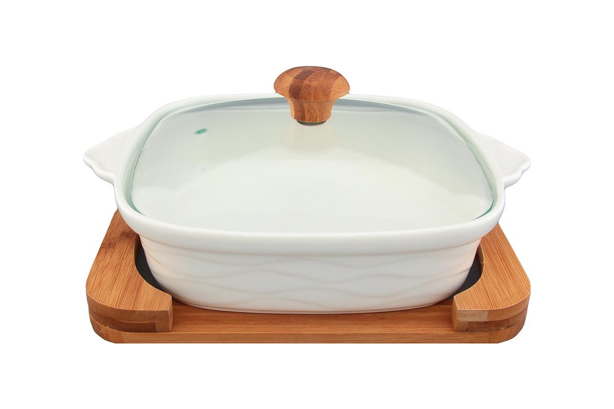 Блюдо для запекания и сервировки Elan Gallery Айсберг, с крышкой, с подставкой, 26 х 21 см540040Блюдо для запекания и сервировки Elan Gallery Айсберг, изготовленное из высококачественной керамики, идеально подойдет для приготовления блюд в духовке и микроволновой печи. Посуда выдерживает температуру от -24°C до +220°С. Изделие оснащено стеклянной прозрачной крышкой с ручкой из дерева и отверстием для вывода пара. Деревянная подставка из бамбука снабжена ручками для комфортного использования и переноски. Блюдо станет отличным дополнением к вашему кухонному инвентарю и подчеркнет ваш прекрасный вкус. Можно использовать в микроволновой печи, духовке. Крышка не предназначена для использования при высоких температурах. Размер блюда (с учетом ручек): 26 х 21 см. Размер блюда (без учета ручек): 20 х 20 см. Высота стенки: 5,5 см. Размер подставки: 23 х 20 х 2,3 см. Объем блюда: 1 л.