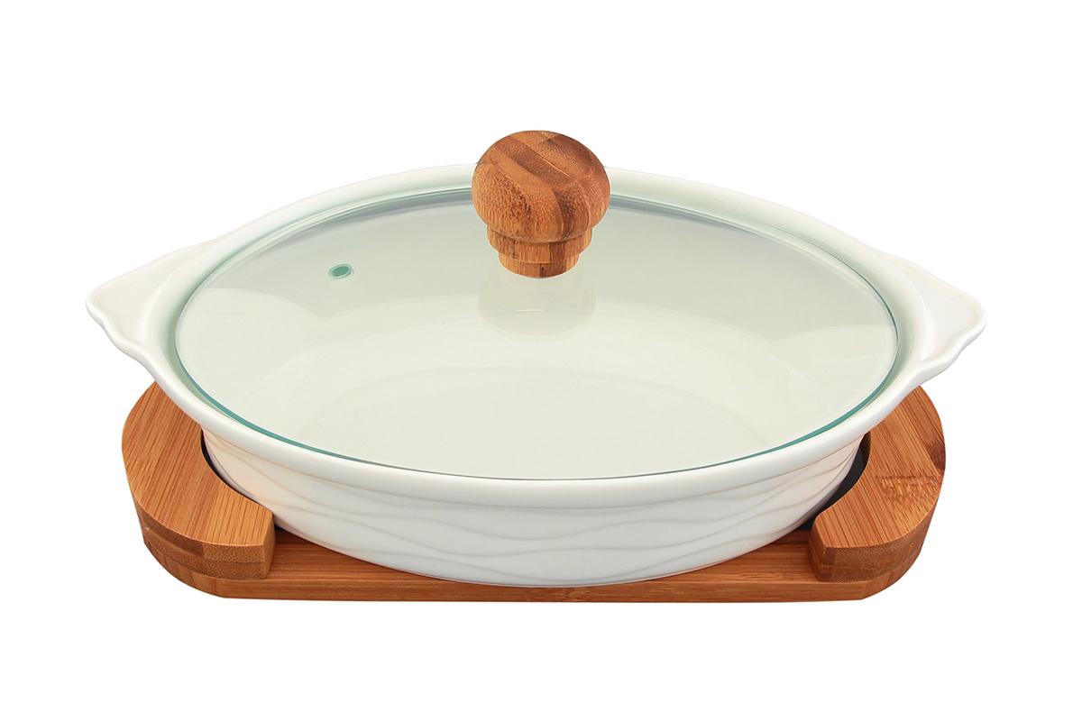 Блюдо для запекания и сервировки Elan Gallery Айсберг, с крышкой, с подставкой, 29 х 20 см540047Блюдо для запекания и сервировки Elan Gallery Айсберг, изготовленное из высококачественной керамики, идеально подойдет для приготовления блюд в духовке и микроволновой печи, а также сервировки стола. Посуда выдерживает температуру от -24°C до +220°С. Изделие оснащено стеклянной прозрачной крышкой с ручкой из дерева и отверстием для вывода пара. Деревянная подставка из бамбука снабжена ручками для комфортного использования и переноски. Блюдо станет отличным дополнением к вашему кухонному инвентарю и подчеркнет ваш прекрасный вкус. Можно использовать в микроволновой печи, духовке и морозильной камере. Крышка не предназначена для использования при высоких температурах. Размер блюда (с учетом ручек): 29 х 20 см. Размер блюда (без учета ручек): 24 х 20 см. Высота стенки: 6 см. Размер подставки: 27 х 15 х 2,3 см. Объем блюда: 1 л.