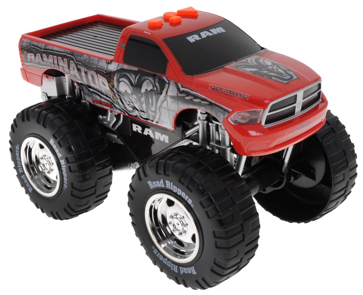 Road Rippers Машинка Raminator33540TSМашинка Road Rippers Raminator станет отличным подарком для ребенка! Выполненная в виде мощного внедорожника, она произведет впечатление как на ребенка, так и на взрослого! Машинка управляется с помощью кнопок на крыше кабины. При нажатии на кнопки слышен рев мотора, машинка устремляется вперед, приподнимается на задние колеса, воспроизводит зажигательную музыку. Работа машинки сопровождается свечением фар. Для работы игрушки необходимы 3 батарейки типа АА (товар комплектуется демонстрационными).