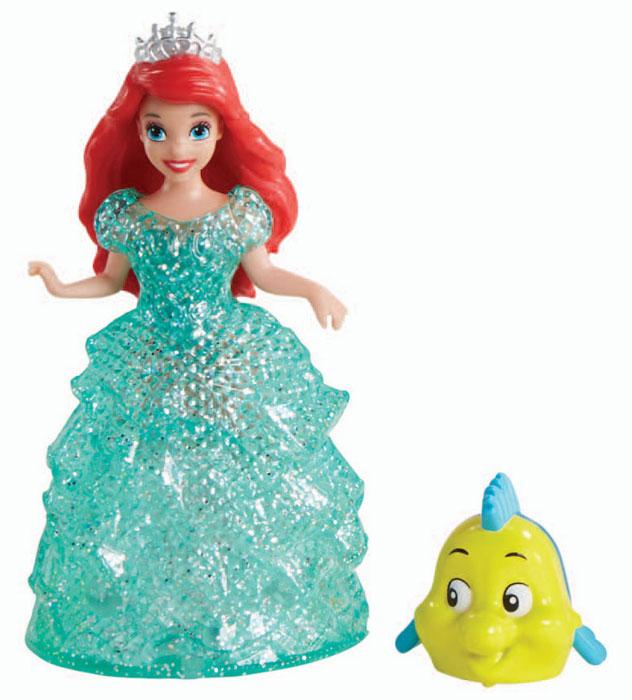Disney Princess Мини-кукла Принцесса АриэльBDK11_BJF22Мини-кукла Disney Princess Ариэль непременно порадует вашу малышку и доставит ей много удовольствия от часов, посвященных игре с ней. Куколка выполнена в виде героини диснеевского мультсериала Русалочка. Она одета в яркое зеленое платье, выполненное по специальной технологии MagiClip из мягкого пластика, которая позволяет его легко снимать и надевать. Платье красиво переливается, благодаря искрящемуся напылению. Ручки, ножки и голова куколки подвижны. В комплекте с Ариэль есть и фигурка ее друга - рыбки Флаундера. В платье Ариэль вмонтированы небольшие колесики, а в фигурку рыбки - железный шарик, с помощью которых они могут легко передвигаться. Ваша малышка с удовольствием будет играть с этой куколкой, проигрывая сюжеты из мультсериала или придумывая различные истории.