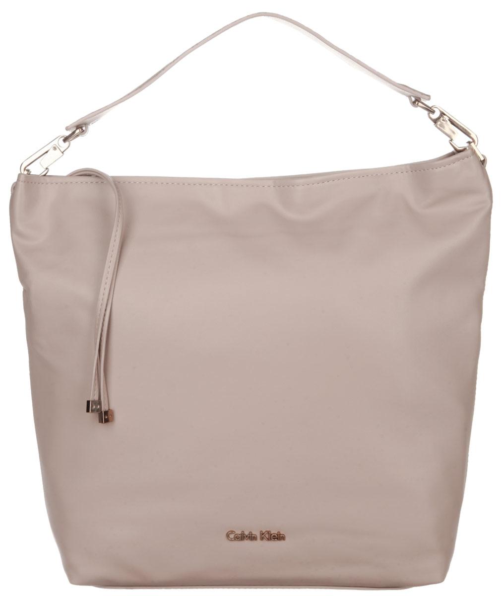 Сумка женская Calvin Klein Jeans, цвет: бежевый. K60K601383K60K601383Стильная сумка женская Calvin Klein выполнена из полиуретана, оформлена металлической фурнитурой с символикой бренда. Изделие содержит одно вместительное отделение и закрывается на молнию. Внутри расположены: два накладных кармана и врезной карман на молнии. Сумка оснащена съемной широкой лямкой для переноски. Оригинальный аксессуар от Calvin Klein Jeans позволит вам завершить образ и быть неотразимой.