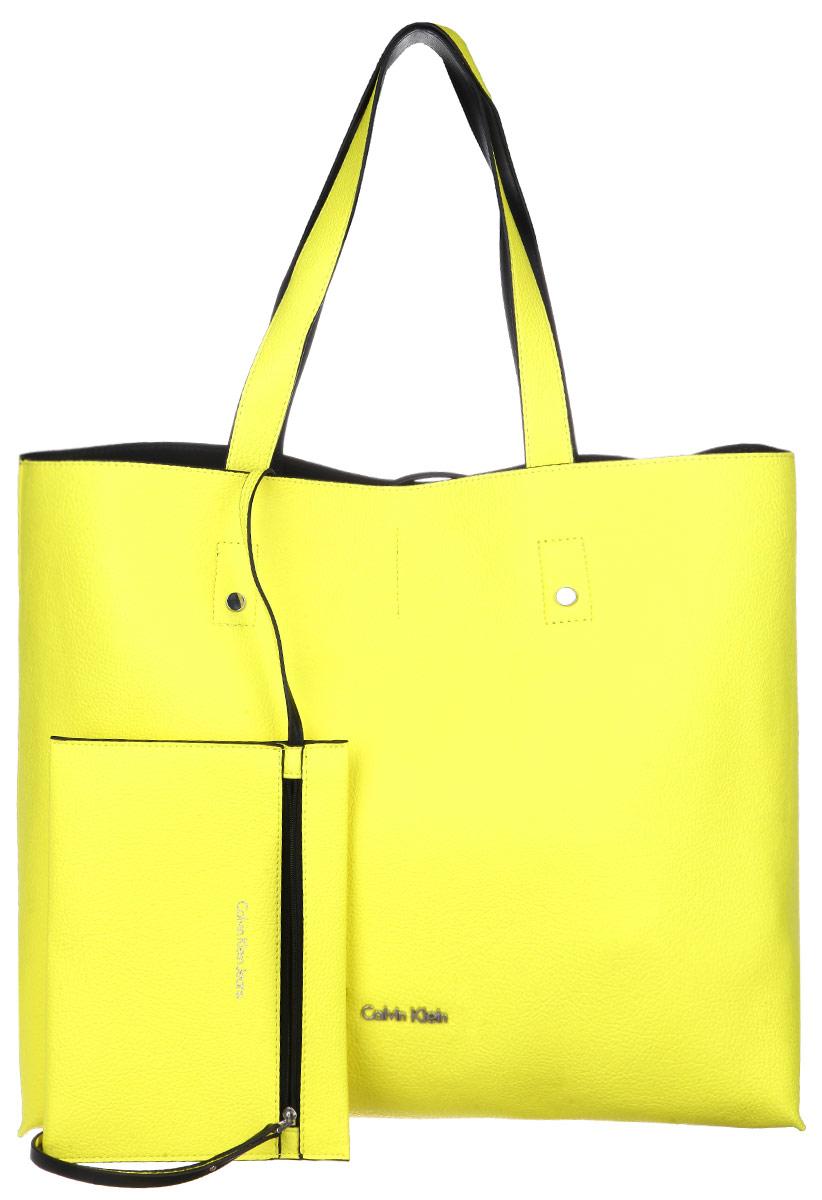 Сумка женская Calvin Klein Jeans, цвет: желтый. K60K601037K60K601037Стильная сумка женская Calvin Klein выполнена из полиуретана, оформлена металлической фурнитурой с символикой бренда. Изделие содержит одно вместительное отделение и закрывается с помощью двух ремешков. Сумка дополнена двумя практичными ручками, которые позволят носить изделие как в руках, так и на плече. Сумка оснащена кошельком, который фиксируется внутри изделия при помощи карабина. Кошелек закрывается на застежку-молнию. Оригинальный аксессуар от Calvin Klein Jeans позволит вам завершить образ и быть неотразимой.