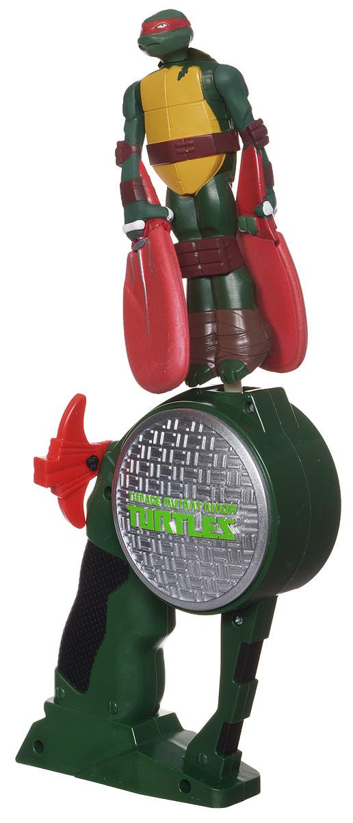 Teenage Mutant Ninja Turtles Летающий герой Рафаэль52663(52659/52660)_зеленыйИгрушка Летающий герой. Teenage Mutant Ninja приведет в восторг вашего малыша, ведь это супергерой, который действительно летает! Игрушка выполнена из яркого прочного пластика в виде черепашки-ниндзя Рафаэля. Руки у него плавно переходят в крылья-лопасти, изготовленные из легкого вспененного полимера. Комплект включает специальное ручное устройство для запуска игрушки, оформленное знаменитым рельефным логотипом черепашек-ниндзя. Необходимо поместить в отверстие в верхней части устройства основание игрушки и вытянуть из устройства веревочку. Активизируется специальный механизм, и супергерой взлетит в воздух! Ребенку понравится наблюдать, как игрушка быстро и легко планирует, и он не захочет с ней надолго расставаться ни дома, ни на улице! Порадуйте его таким замечательным подарком!