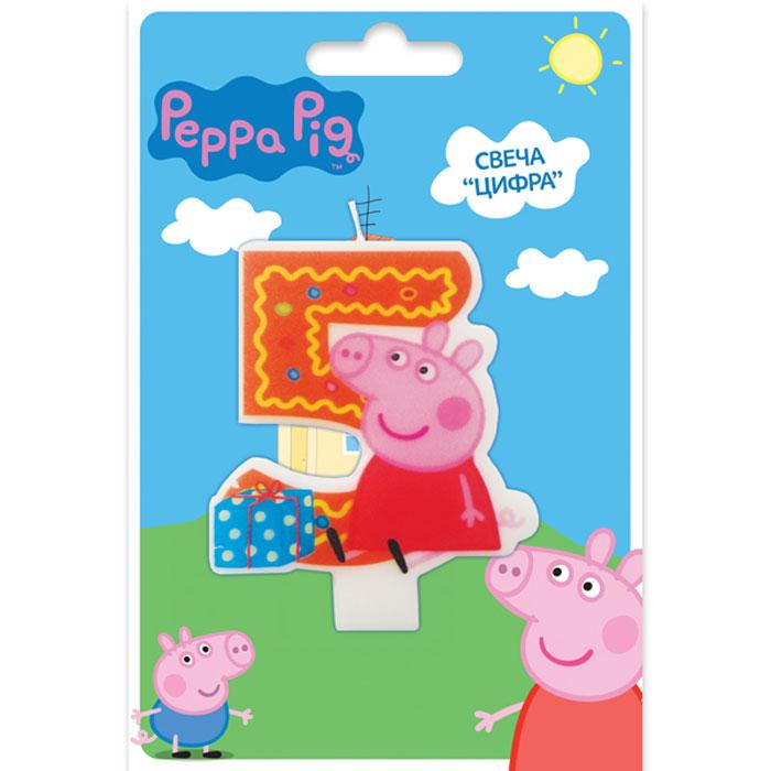 Peppa Pig Свеча для торта Цифра 529737Вашему малышу исполняется 5 лет? Это радостное событие не может обойтись без вкусного торта с красивой фигурной свечой в виде любимого персонажа. Идеальным решением может стать фигурная свеча Цифра 5 со Свинкой Пеппой. Такой сказочный подарок приведет именинника в искренний восторг и поможет организовать веселую игру с задуванием яркого огонька. А ведь это очень полезно для развития дыхательной системы и всего организма ребенка. Фигурная свеча Цифра 5 ТМ Peppa Pig с нанесенным рисунком имеет высоту 8 см, изготовлена из стеарина.