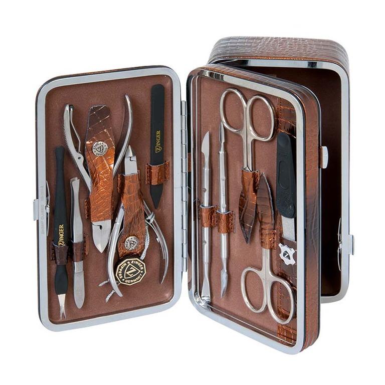 Zinger Маникюрный набор + косметичка zMs 1201-804S17965Ман. набор 10 предметов с отделением для доп.аксессуаров (ножницы кутикульные ножницы ногтевые, кусачки маникюрные, кусачки педикюрные, пилка алмазная,комбинированый шабер 1, комбинированый шабер 2,пинцет, триммер, пластиковый шабер) чехол натуральная кожа. Цвет инструментов - глянцевое серебро. Оригинальная фирменная коробка