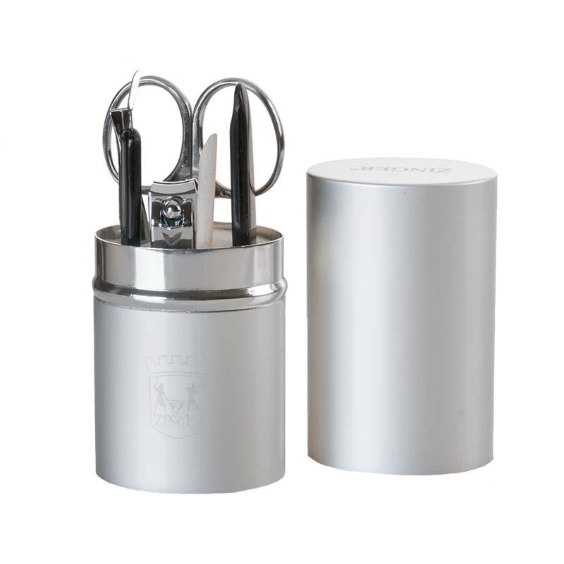 Zinger Маникюрный набор (на блистере) zo-64250-S34374Ман.набор 6 предметов ( ножнцы куткульные, книпсер, пилка алмазная, триммер, апельсиновая палочка, пинцет), Футляр - металлический тубус. Цвет инструментов - глянцевое серебро. Упакока- фирменный блистер.