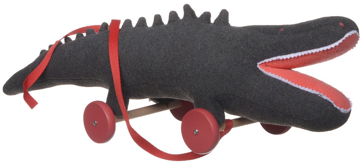Trousselier Игрушка-каталка КрокодилV4003Игрушка-каталка Trousselier Крокодил никого не оставит равнодушным и обязательно вызовет улыбку у всех, кто ее увидит. Изделие изготовлено из приятных на ощупь и очень мягких материалов. Игрушка выполнена в виде забавного крокодила с открытой пастью, стоящего на деревянных колесиках. К игрушке приделана красная ленточка, с помощью которой малыш сможет повсюду возить крокодила с собой. Игрушка-каталка Trousselier Крокодил станет отличным подарком для ребенка!