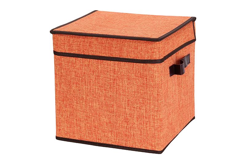Кофр для хранения El Casa, складной, 28 х 28 х 28 см840114Компактный складной кофр El Casa изготовлен из высококачественного льна, который обеспечивает естественную вентиляцию, позволяя воздуху проникать внутрь, но не пропуская пыль. Стенки из плотного картона хорошо держат форму, а специальная вставка служит для уплотнения дна или регулирования главного отделения. Кофр оснащен 2 удобными ручками, которые позволяют использовать его в качестве выдвижного ящика в гардеробе или шкафу. Изделие закрывается откидной крышкой. Оригинальный дизайн сделает вашу гардеробную красивой и невероятно стильной. Размер кофра (в собранном виде): 28 х 28 х 28 см.