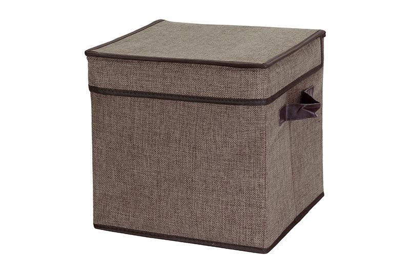 Кофр для хранения El Casa, складной, цвет: коричневый, 28 х 28 х 28 см840115Компактный складной кофр El Casa изготовлен из высококачественного полиэстера, который обеспечивает естественную вентиляцию, позволяя воздуху проникать внутрь, но не пропуская пыль. Он предназначен для хранения перчаток, ремней, шарфов и многого другого. Стенки из плотного картона хорошо держат форму, а специальная вставка служит для уплотнения дна или регулирования главного отделения. Кофр оснащен 2 удобными ручками, которые позволяют использовать его в качестве выдвижного ящика в гардеробе или шкафу. Изделие закрывается откидной крышкой. Оригинальный дизайн сделает вашу гардеробную красивой и невероятно стильной. Размер кофра (в собранном виде): 28 х 28 х 28 см.