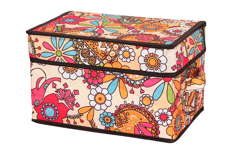 Кофр для хранения El Casa Яркие цветочные узоры, складной, 28 х 18 х 18 см840162Компактный складной кофр El Casa Яркие цветочные узоры изготовлен из полиэстера, который обеспечивает естественную вентиляцию, позволяя воздуху проникать внутрь, но не пропуская пыль. Стенки из плотного картона хорошо держат форму, а специальная вставка служит для уплотнения дна или регулирования главного отделения. Кофр оснащен 2 удобными ручками, которые позволяют использовать его в качестве выдвижного ящика в гардеробе или шкафу. Изделие закрывается откидной крышкой. Оригинальный дизайн будет отлично смотреться в любом интерьере. Размер кофра (в собранном виде): 28 х 18 х 18 см.