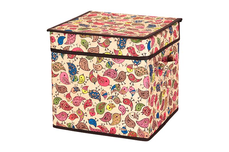Кофр для хранения El Casa Птички, складной, 28 х 28 х 28 см840107Компактный складной кофр El Casa Птички изготовлен из высококачественного полиэстера, который обеспечивает естественную вентиляцию, позволяя воздуху проникать внутрь, но не пропуская пыль. Он предназначен для хранения перчаток, ремней, шарфов и многого другого. Стенки из плотного картона хорошо держат форму, а специальная вставка служит для уплотнения дна или регулирования главного отделения. Кофр оснащен 2 удобными ручками, которые позволяют использовать его в качестве выдвижного ящика в гардеробе или шкафу. Изделие закрывается откидной крышкой. Оригинальный дизайн сделает вашу гардеробную красивой и невероятно стильной. Размер кофра (в собранном виде): 28 х 28 х 28 см.
