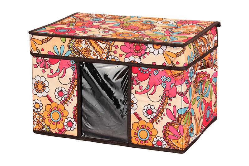 Кофр для хранения El Casa Яркие цветочные узоры, складной, 40 х 25 х 25 см840090Компактный складной кофр El Casa Яркие цветочные узоры изготовлен из высококачественного полиэстера, который обеспечивает естественную вентиляцию, позволяя воздуху проникать внутрь, но не пропуская пыль. Стенки из плотного картона хорошо держат форму, а специальная вставка служит для уплотнения дна или регулирования главного отделения. Кофр оснащен 2 удобными ручками, которые позволяют использовать его в качестве выдвижного ящика в гардеробе или шкафу. Изделие закрывается откидной крышкой. Прозрачная вставка из ПВХ позволяет легко просматривать содержимое. Оригинальный дизайн сделает вашу гардеробную красивой и невероятно стильной. Размер кофра (в собранном виде): 40 х 25 х 25 см.