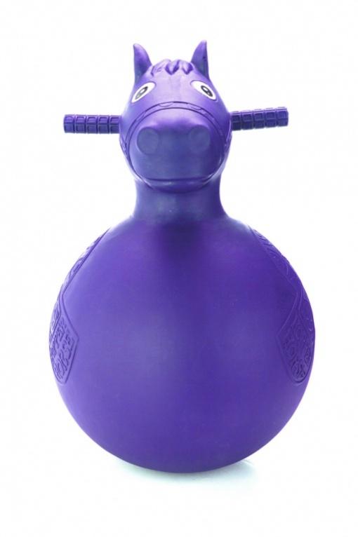 Bradex Игрушка-попрыгун Веселая лошадка цвет фиолетовыйDE 0111Каждый взрослый знает, какую пользу несут занятия с мячом для аэробики. Но для детей это скучно и неинтересно. Игрушка детская-попрыгунчик «ВЕСЁЛАЯ ЛОШАДКА» – это весело и очень полезно! Ваш малыш научится управлять своим телом, разовьет координацию и осанку, укрепит мышцы ног и спины, не выполняя «занудные упражнения для взрослых». Для этого нужно просто скакать верхом на «ВЕСЕЛОЙ ЛОШАДКЕ». Преимущества: • Укрепляет мускулатуру • Развивает чувство равновесия и баланса • Гарантирует веселое времяпрепровождение • Выполнена из безопасных материалов • Оснащена ручками для более безопасной игры