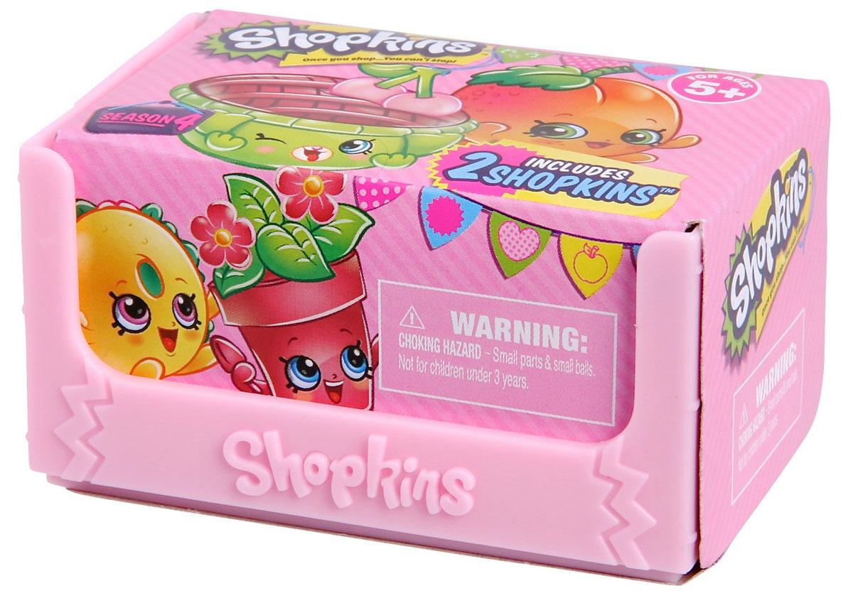 Shopkins Набор фигурок в корзиночке цвет нежно-розовый 2 шт56078Набор Shopkins - это две фигурки в ящике для овощей. Миниатюрные фрукты, овощи, а также другие продукты питания упакованы в картонные боксы. Милые пластиковые игрушки имеют устойчивую основу, а также окрашены в яркие цвета, которые, несомненно, привлекут внимание ребенка. У персонажей Shopkins забавные прорисованные мордочки, а также яркий и необычный внешний вид. Милые фигурки продаются в комплекте с небольшой корзинкой с тремя поднятыми бортами. Внутри такого аксессуара Шопкинсы будут чувствовать себя очень комфортно и уютно. В комплекте ящик, 2 фигурки, руководство коллекционера.
