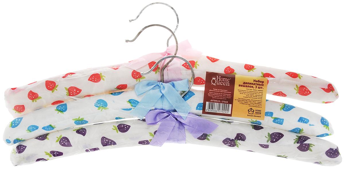 Набор вешалок для одежды Home Queen Клубничка, цвет: красный, голубой, фиолетовый, 3 шт57024Набор Home Queen Клубничка состоит из трех вешалок, изготовленных из дерева и текстиля. Вешалки идеально подойдут для деликатной одежды из шерсти и нежных тканей. Набор Home Queen Клубничка станет практичным и полезным в вашем гардеробе. С ним ваша одежда избежит ненужных растяжек и провисаний. Комплектация: 3 шт. Размер вешалки: 38 см х 3,5 см х 12 см.