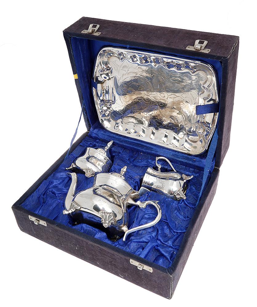 Чайный набор из 4 предметов: поднос, сахарница, молочник, чайник. Металл, глубокое серебрение, гравировка. Великобритания, 1930-е гг.