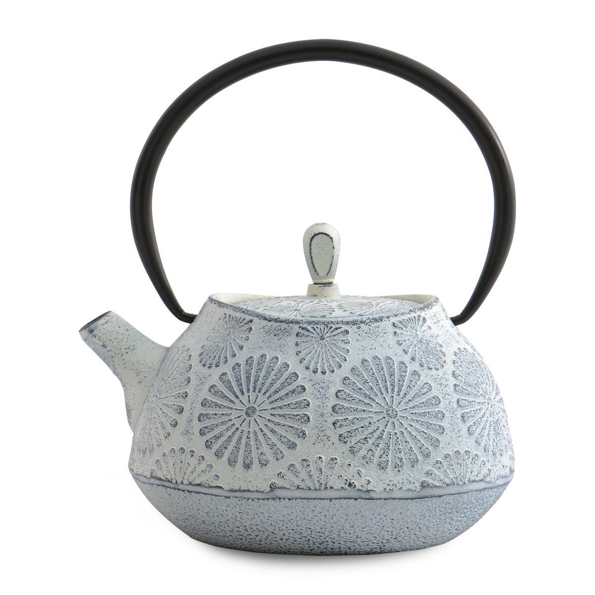 Чугунный чайник BergHOFF Studio, цвет:Белый с узором, 1,1л1107121Чайник Studio изготовлен из чугуна, благодаря которому сохраняет чай дольше горячим. Кроме того, благодаря равномерному распределению тепла в чугуне, улучшается натуральный вкус чайных листьев. Мелкосетчатый фильтр позволяет наслаждаться чаем без докучливых чаинок в Вашей чашке. Внутреннее покрытие из прочной эмали обеспечивает защиту от коррозии. Рекомендована ручная мойка. Упакован в подарочную коробку.