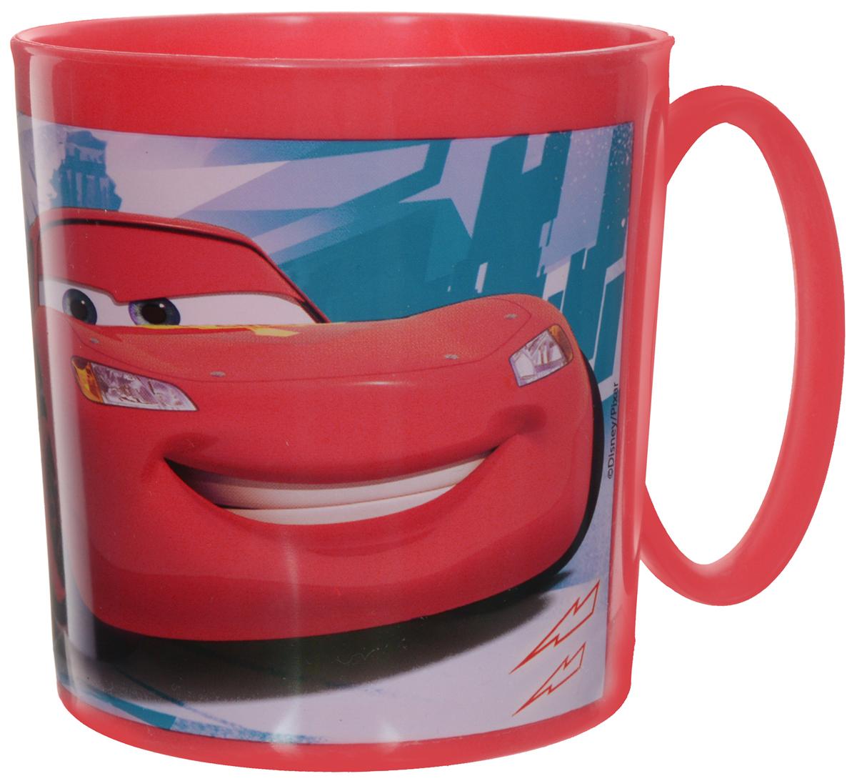 Disney Кружка пластмассовая Cars, 350 мл36604Детская кружка Cars идеально подойдет для вашего малыша. Она выполнена из качественного пластика красного цвета и оформлена ярким изображением героев мультфильмов Тачки. Кружка дополнена удобной ручкой. Такой подарок станет не только приятным, но и практичным сувениром: кружка станет незаменимым атрибутом чаепития, а оригинальное оформление кружки добавит ярких эмоций в процессе чаепития.