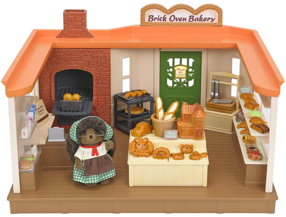 Sylvanian Families Игровой набор Пекарня5237Кто не любит запах свежеиспеченного хлеба? Все жители в Сильвании каждый день заглядывают в пекарню к маме ежихе, чтобы купить румяной выпечки. В набор входят здание пекарни, фигурка мамы ежихи в униформе, прилавок, витрина, каталка, противни и формы для выпечки, кассовый аппарат, ингредиенты для выпечки хлеба, хлебобулочные изделия различных форм. Все элементы выполнены с невероятной тщательностью из безопасных материалов. Компания Sylvanian Families была основана в Японии в 1985 году. Sylvanian Families очень популярна в Европе и Азии, за долгие годы существования компания смогла добиться больших успехов. Три года подряд в Англии бренд Sylvanian Families был признан Игрушкой Года. Сегодня у героев Sylvanian Families есть собственное шоу, полнометражный мультфильм и сеть ресторанов, работающая по всей Японии. Sylvanian Families - это целый мир маленьких жителей, объединенных общей легендой. Жители страны Sylvanian Families - это кролики, белки, медведи,...