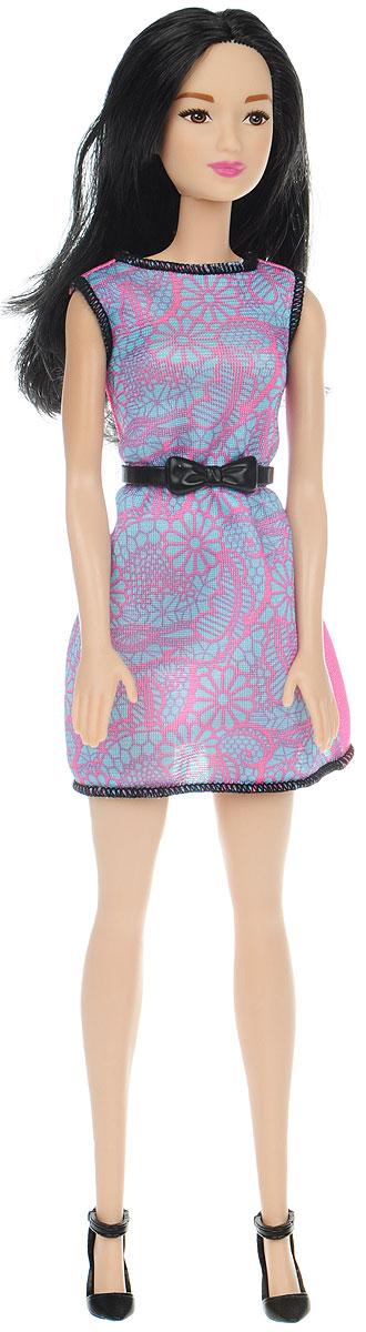 Barbie Кукла в модной одежде цвет платья розовый голубойT7584_DGX64Очаровательная кукла Barbie порадует вашу малышку и доставит ей много удовольствия от часов, посвященных игре с ней. Кукла с длинными темными волосами, одета в стильное летнее платье розово-голубого цвета, на ногах куклы - черные туфли на каблуках. Волосы куклы можно расчесывать и заплетать в различные прически. Куколка имеет подвижные руки, ноги и голову. В комплекте для девочки есть колечко в форме сердца. Игрушка выполнена из безопасного пластика и полностью соответствует всем требованиям безопасности.