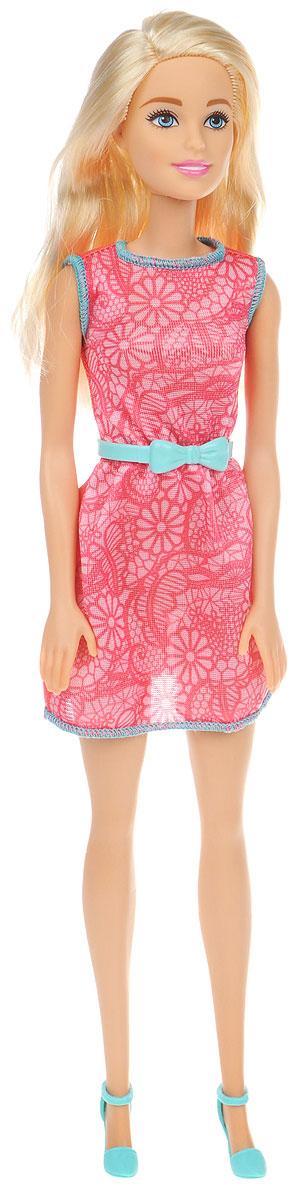 Barbie Кукла в модной одежде цвет платья розовыйT7584_DGX62Очаровательная кукла Barbie станет отличным подарком для вашей дочурки. Кукла с длинными светлыми волосами, одета в летнее платье розового цвета, на ногах куклы - голубые туфли на каблуках. Волосы куклы можно расчесывать и заплетать в различные прически. Куколка имеет подвижные руки, ноги и голову. В комплекте для девочки есть колечко в форме сердца. Игрушка выполнена из безопасного пластика и полностью соответствует всем требованиям безопасности. Ваша малышка с удовольствием будет играть с куколкой, придумывая различные истории!