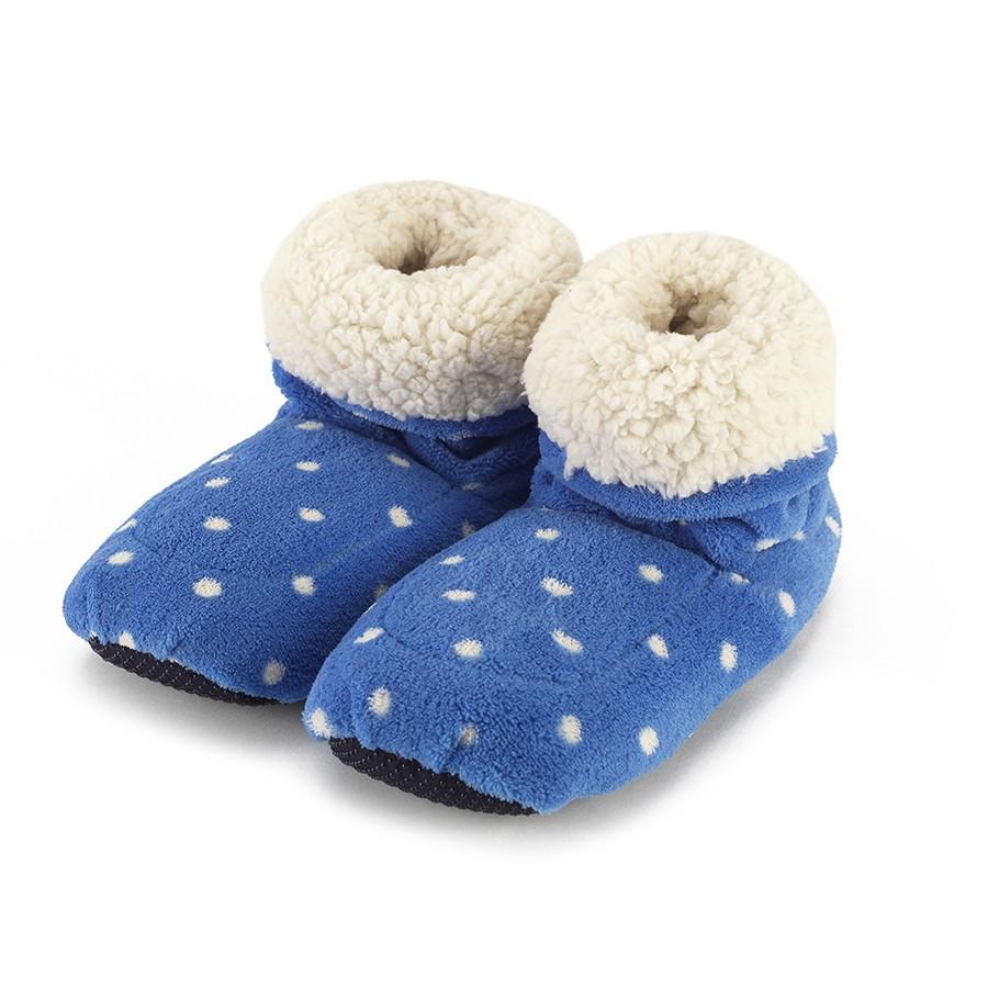 Warmies Сапожки-грелки цвет синий белыйCPB-BOO-5Положите сапожки на 1-2 минуты в микроволновую печь, и они будет греть вас на протяжении 2-3 часов. Сапожки полностью безопасны - состоят из натурального наполнителя: зерен проса и сушеной лаванды. Просо удерживает тепло долгое время, а лаванда обладает успокаивающим, расслабляющим эффектом, помогает заснуть. Лечебные свойства лаванды помогают при простудных заболеваниях. Массажный эффект при ходьбе. Не стирать - специальный шелковый мех легко очищается влажной тряпкой.