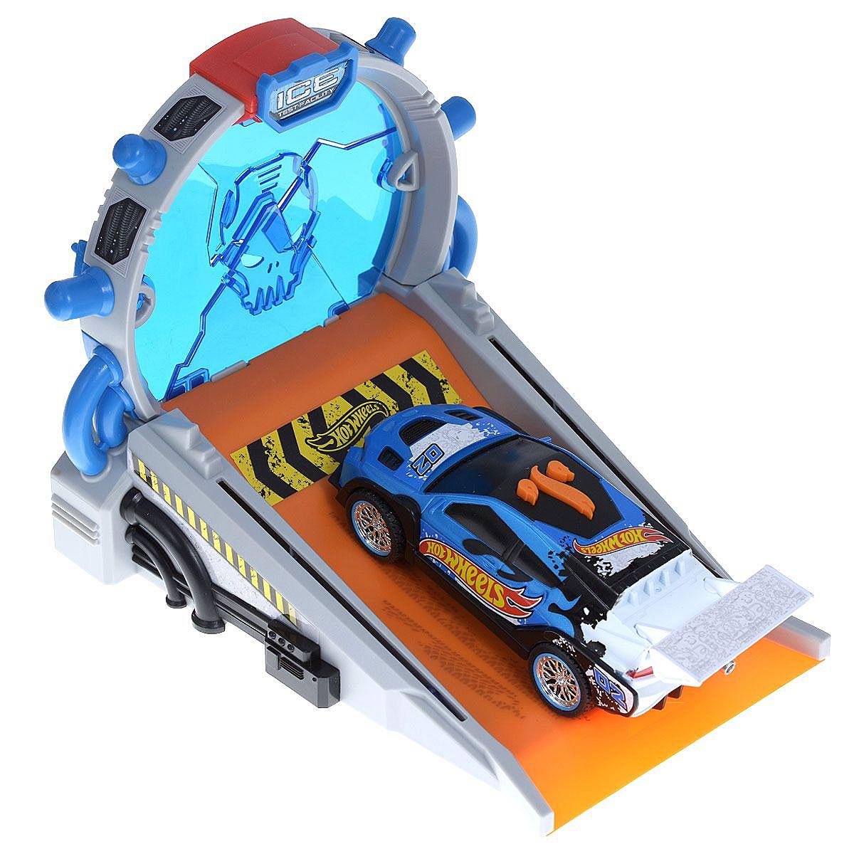 Hot Wheels Игровой набор Безумный трюк цвет машины синий90520TS_синийИгровой набор Hot Wheels Безумный трюк со звуковыми и световыми эффектами, несомненно, понравится вашему ребенку и не позволит ему скучать. Игрушка выполнена в виде стильной гоночной машины. При нажатии на кнопки, расположенные на крыше, воспроизводятся звуки работающего двигателя, играет музыка, а фары машинки начинают светиться. Нажмите на центральную кнопку и фары машинки загорятся, она поедет вперед. В набор входит пусковая станция для машинки, которая позволит ей демонстрировать безумные трюки - проезжать сквозь стену из льда. Ваш ребенок часами будет играть с набором, придумывая различные истории и устраивая соревнования. Порадуйте его таким замечательным подарком! Рекомендуется докупить 3 батарейки напряжением 1,5V типа AАА (товар комплектуется демонстрационными).